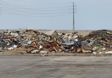 بالفيديو والصور.. مواطن يوثق أكوام مخلفات بناء بطريق الـ100 بالخفجي