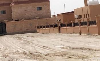 «تجاوباً مع ما نشرته أبعاد»..بلدية الخفجي تردم ساحة مسجد الورود