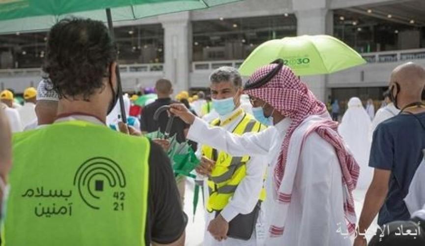 """حملة """"خدمة الحاج والزائر وسام شرف لنا"""" توزع (50) ألف مظلة على قاصدي المسجد الحرام"""