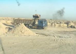 عمالة تنقل الرمل من مواقع ممنوعة وتبيعه للمواطنيين بالخفجي