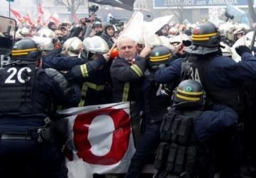 الشرطة الفرنسية تشتبك مع إطفائيين يطالبون بزيادة رواتبهم