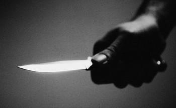 """خادمة كينية تحتجز """"سعودية"""" بمنزلها في مكة وتحاول قتلها بسكين"""