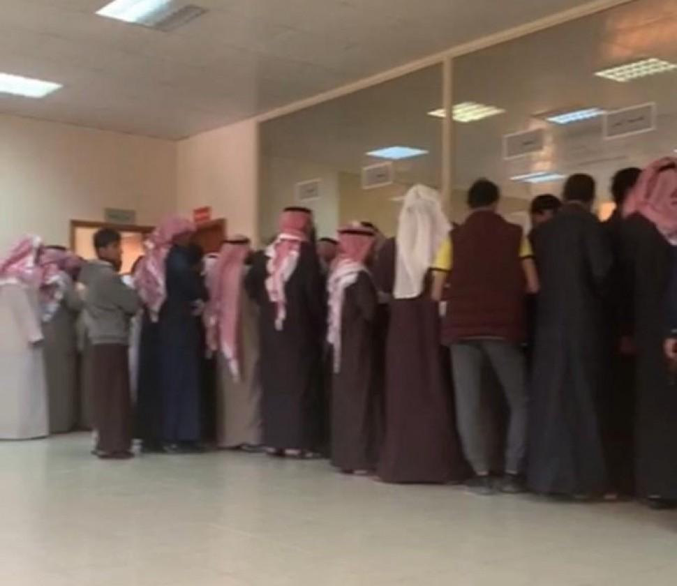 بالفيديو مواطنون يتوافدون على جوازات الخفجي لإستخراج الجواز بعد تعليق السفر بالبطاقة