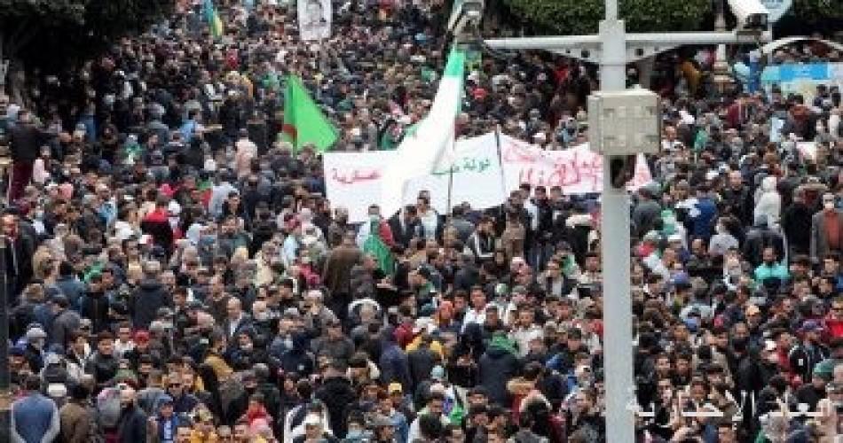 آلاف الجزائريين يحتشدون في الذكرى الثانية للحركة الاحتجاجية