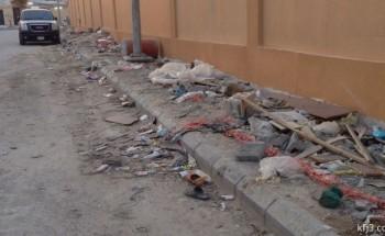 مقاول بناء مدرسة يترك مخلفاته في حي «العزيزية» بالخفجي