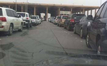 تكدس مئات المسافرين في منفذ جوازات الخفجي بسبب تعطل النظام