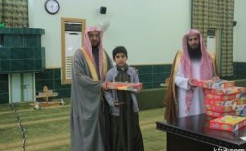 حلقات جامع الفرقان تكرم طلابها المتميزن في الحفظ