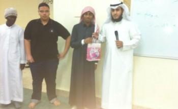 عبدالرحمن بن عوف المتوسطة بالخفجي تكرم طلابها المنتظمين في مصلى المدرسة
