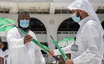"""شؤون الحرمين توزع (12) ألف مظلة على المصلين والعاملين في المسجد الحرام ضمن مبادرة """"مظلتك بين يديك"""