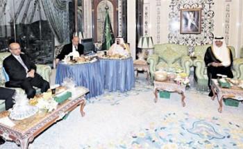 الملك يستقبل الرئيس اليمني ورئيس وزراء لبنان الأسبق بمكة المكرمة