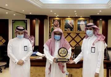 العصيمي قائد ثانوية بن حزم بالخفجي يحصل على المركز الأول في جائزة تعليم الشرقية للتميز