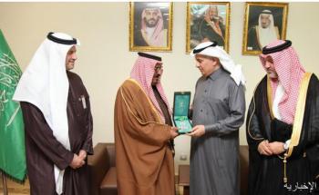 وزير البيئة يسلّم وسام الملك عبدالعزيز من الدرجة الأولى لأسرة الشهيد الطيار النصير