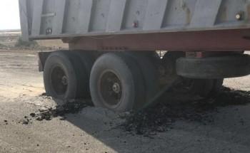 بسبب ضعف الطبقة .. مواطن يوثق تعلق شاحنة في الأسفلت بالخفجي
