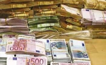 اليورو ينخفض إلى أدنى مستوياته أمام الدولار