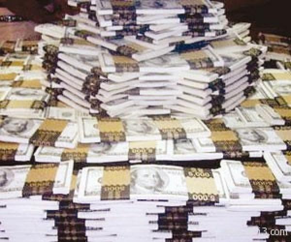 """الدولار يتراجع وسط مخاوف """"التيسير الكمي"""""""