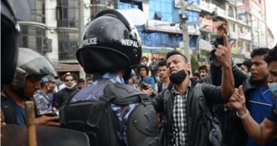 3 من رؤساء الوزراء السابقين ينضمون لمحتجين على قرار حل البرلمان فى نيبال