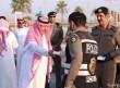 محافظ الخفجي والمسؤولين يعايدون رجال الأمن في نقاط منع التجول