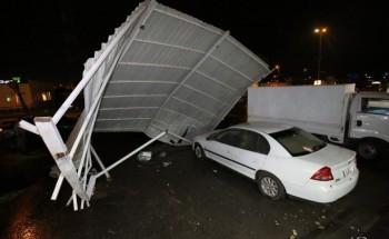 عاصفة و رياح ماطرة تسقط عدد من اللوحات وتقتلع مظلة سيارات في الخفجي