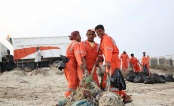 «تطوعي الخفجي» والبلديه يرفعان «1000 كيس» من نفايات الشاطئ