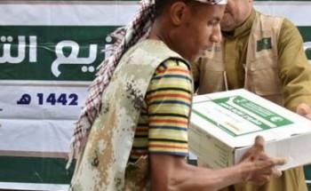 مركز الملك سلمان للإغاثة يوزع 2,800 كرتون تمور للأسر النازحة والمتضررة في محافظة تعز