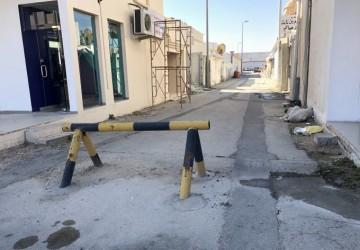 في ظل صمت البلدية والمرور..مواطنون يعتدون على منافذ طرق الأحياء بإغلاقها