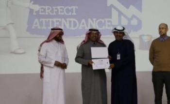 مدير المعهد السعودي للبترول يكرم رجل الأمن فهد نايف العنزي لتميزه بعمله