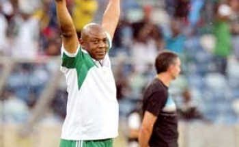 مدرب نيجيريا يعود سريعا عن استقالته