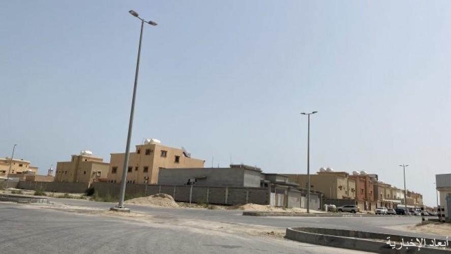 استياء من ترك أعمدة في تقاطعات حي الياسمين بدون أرصفة