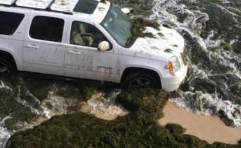 حرس الحدود ينقذ عائلة علقت مركبتهم بالرمال في شاطيء الخفجي