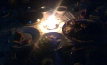 بالصور : عوائل في الخفجي تتناول أفطارها على اضواء الشموع