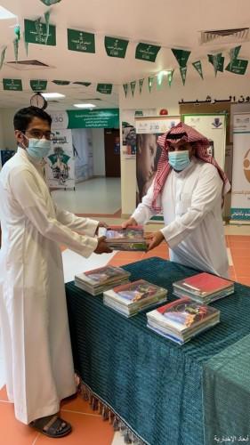 بالصور.. تسليم الكتب المدرسية للطلاب في الخفجي