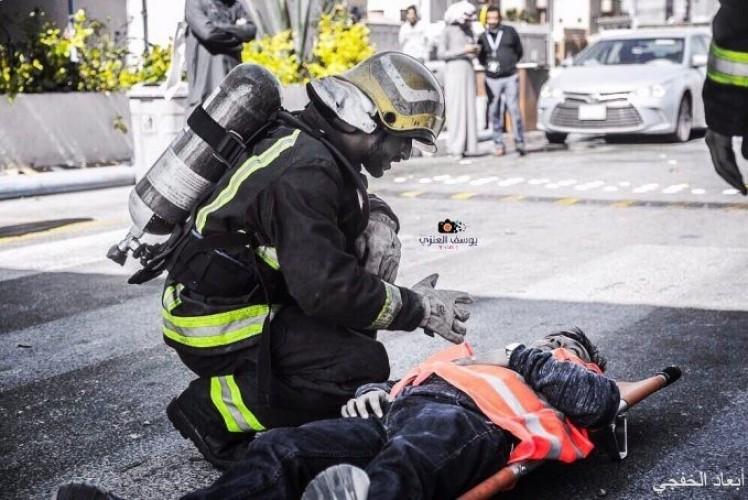 عدسة أبعاد | رجل الدفاع المدني يتفقد حالة مقيم في فرضية إخلاء بالخفجي