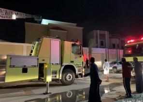 «مدني الخفجي» يُخلي منزل من السكان بعد صعودهم إلى السطح بسبب الحريق