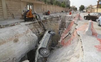 بالصور : وقوع سيارة في حفرة مشروع تحت الإنشاء بحي العزيزية في الخفجي