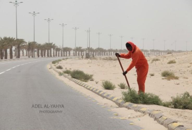 عدسة أبعاد الخفجي ، عامل يؤدي عمله تحت حرارة الشمس ، تصوير – عادل اليحياء