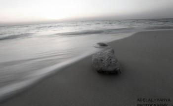 صورة احادية اللون لشاطئ الخفجي بعدسة عادل اليحياء