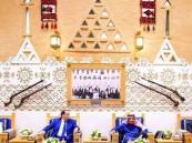 خادم الحرمين يستقبل رئيس الحكومة التونسية ويقيم مأدبة غداء تكريماً له
