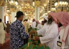 توزيع 35 ألف مصحف على زوار المسجد النبوي