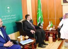 آل جابر يستعرض ومحافظ عدن المشروعات التنموية السعودية