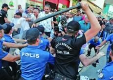 عزل رؤساء ثلاث بلديات يشعل الاحتجاجات في تركيا