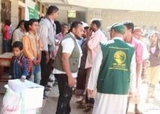 فريق مركز الملك سلمان للإغاثة يتفقد سير توزيع المواد الغذائية للنازحين من الحديدة إلى لحج