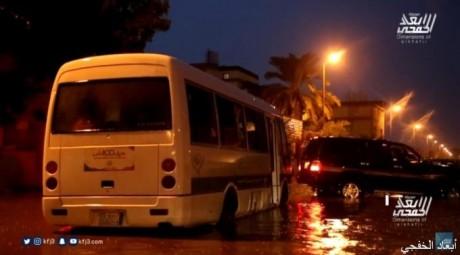 مشاهد.. سوء شارع 18 بالخفجي وسط الأمطار يحتجز حافلة جمعية القرآن النسائية