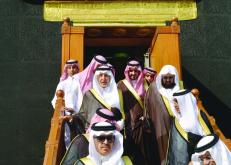 نيابة عن خادم الحرمين.. أمير مكة يتشرف بغسل الكعبة المشرفة