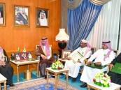 وزير الحرس الوطني يقلد ذوي شهداء الواجب وسام الملك عبدالعزيز