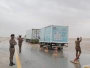 مياه الأمطار تغمر طريق الخفجي – أبو حدرية.. وأمن الطرق يحذر المسافرين