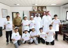 مدير مرور الخفجي يكرم طلاب ابتدائية الحسن البصري المتطوعين