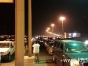 وسط تضجرِ بالغ من المسافرين تعطل نظام الجوازات يكدس مئات السيارات بمنفذ الخفجي