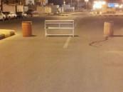 عبث صبية بإغلاق الشوارع في حي الفهد بالخفجي