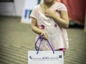 طفلة تحمل هدية مقدمة من ملتقى حرس الحدود بالخفجي ، تصوير: أحمد غالي