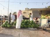 «الباعة الجائلون».. طقس رمضاني على قارعة الطريق في الخفجي